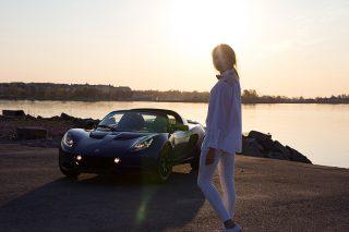 Lotus-Elise-lady-driver